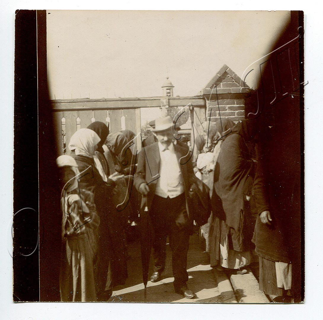 ОГЛМТ ОФ-718  Бунин Юлий Алексеевич у ворот Пятницкого кладбища. 1910 г