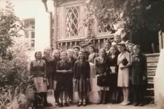 Odna-iz-pervyh-ekskursij-v-vosstanovlennom-muzee.-Foto-1944-g.-Orel.nachalo